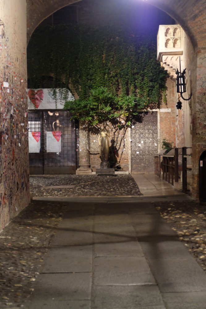 Courtyard Juliet's house by night