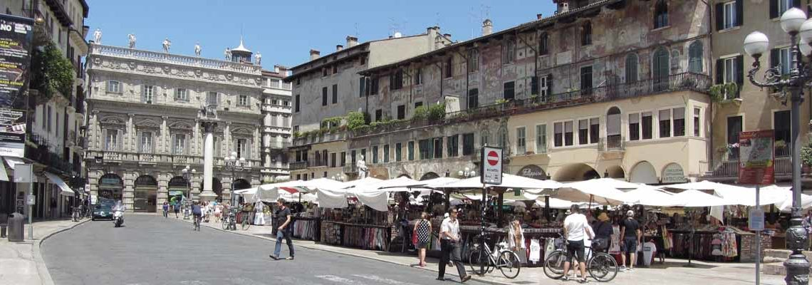 Piazza Erbe, case Mazzanti e mercato
