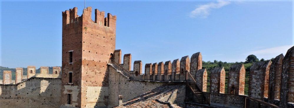 Soave, il mastio del castello. Intorno si snodano alte mura  e tre cortili di forma, dimensione e livello differenti. Dall'edificio le mura scendono e circondano per intero il borgo medievale.